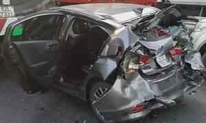 Ôtô bị tông biến dạng khi dừng đèn đỏ ở Sài Gòn