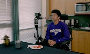Robot cảm biến đút thức ăn cho bệnh nhân
