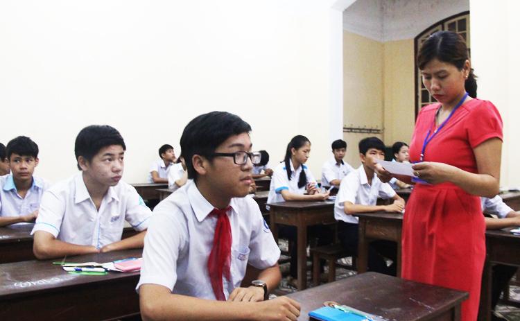 Thí sinh thi vào trường THPT chuyên Quốc học năm học 2018-2019. Ảnh: Võ Thạnh