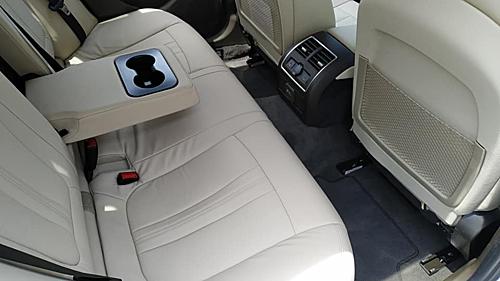 Giữa hàng ghế phía sau khoang lái là bệ tỳ tay với hai hộc đưng ly, một chi tiết thường thấy trên các dòng sedan phổ thông cỡ trung.