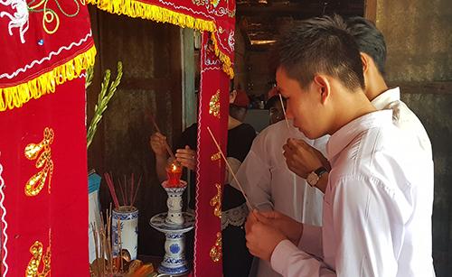 Người thân, bạn bè đến viếng trong tang lễ của nam sinh tại Phú Yên. Ảnh: An Phước