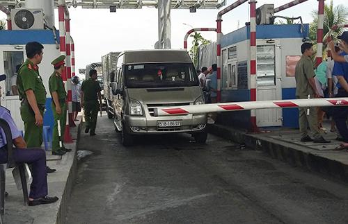 Tài xế dàn ôtô phảnđối việc chậm miễn giảm phícủa trạm BOT ở Cần Thơ. Ảnh:Cửu Long.