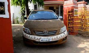 Người Ấn Độ đắp phân bò trộn bùn lên ôtô để chống nóng