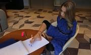 Người phụ nữ khuyết tật Mexico dùng chân vẽ thiết kế thời trang