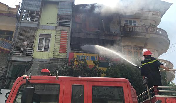 Cảnh sát cứu hoả nỗ lực dập đám cháy. Ảnh: Lam Sơn.