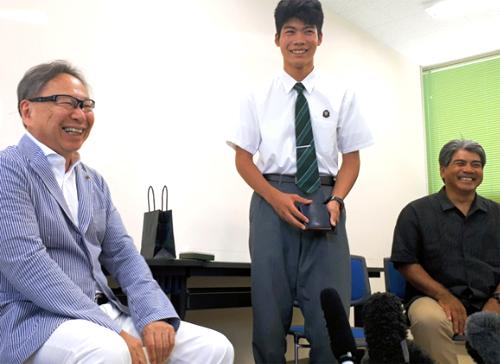 Soma Sakimoto (giữa) chụp ảnh cùng bác sĩ Inoya (trái) và cha em (phải) tại trường trung học kỹ thuật Okinawa (Nhật Bản) ngày 21/5. Ảnh: Tsukasa Kimura