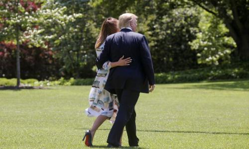 Vợ chồng Tổng thống Mỹ tỏ ra thân mật trước chuyến đi đến Nhật Bản. Ảnh: Reuters.