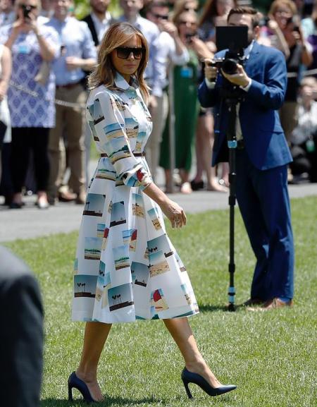 Bà Melania đi qua bãi cỏ phía nam ở Nhà Trắng. Ảnh: AP.