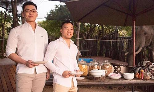Lý Hoàn Vũ (trái) cùng bạn trai Vương Nghị Duệ (phải) tại đám cưới ở Cape Town, Nam Phi hôm 24/5. Ảnh: Instagram.