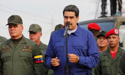 Tổng thống Maduro (giữa) phát biểu trước các sĩ quan quân đội ở Caracas hồi tháng trước. Ảnh: AFP.