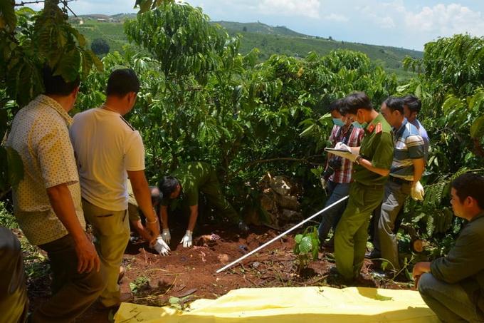 Cảnh sát khám nghiệm nơi nghi can chôn xác phi tang trong rẫy cà phê của mình. Ảnh: Khánh Hương