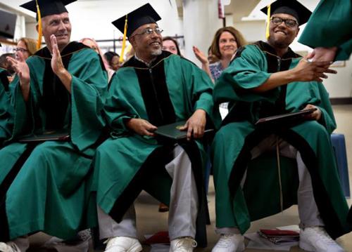 Từ trái sang là Carl Brock, Mark Boyd và Torey Adams trong buổi lễ tốt nghiệp dành cho tù nhân tại Trung tâm Cải tạo phía Đông Missouri (Mỹ). Ảnh: CNN