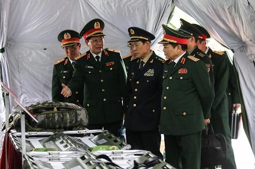 Lãnh đạo quốc phòng hai nước chứng kiến lễ bàn giao vật tư y tế. Ảnh: Gia Chính