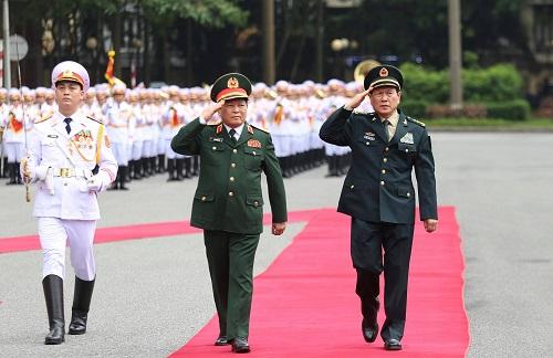 Bộ trưởng Ngô Xuân Lịch đón chính thức Bộ trưởng Quốc phòng Trung Quốc. Ảnh: Gia Chính