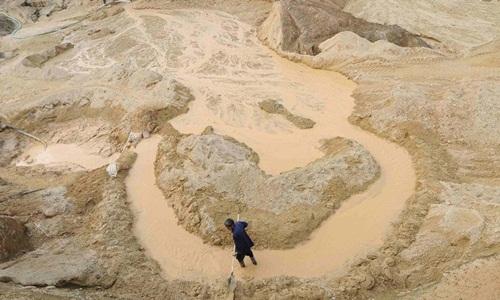 Một công nhân làm việc tại mỏ đất hiếm tại huyện Nam Xương, tỉnh Giang Tây, Trung Quốc, năm 2010. Ảnh: Reuters.