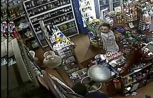 Tiến dùng dao chém ông Dũng trong cửa hàng. Ảnh: Cắt camera quay lại.