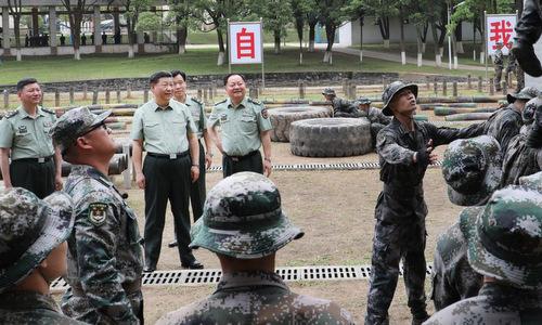 Chủ tịch Trung Quốc trong chuyến thăm Học viện Lục quân hôm 21/5. Ảnh: Xinhua.