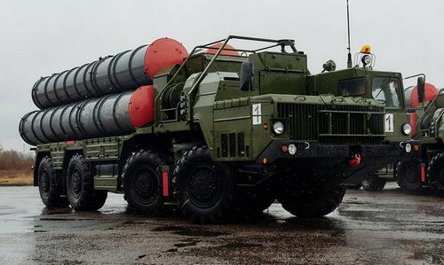 Xe phóng đạn tổ hợp S-400 tại nhà máy sản xuất của Nga. Ảnh: Sputnik.