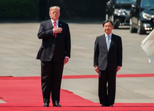 Tổng thống Trump và Nhật hoàng Naruhito trong lễ đón sáng 27/5. Ảnh: AFP.