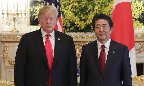 Tổng thống Trump (trái) và Thủ tướng Abe trước cuộc gặp ngày 27/5. Ảnh: AFP.