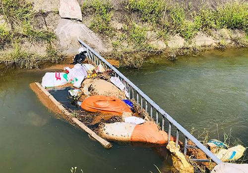 Chắn sắt đặt đầu nguồn kênh N9 để ngăn xác động vật chảy về huyện Thạch Hà. Ảnh: Hiền Lương
