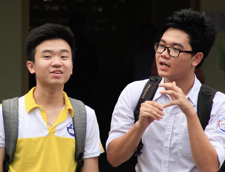 Thí sinh rời khỏi phòng thi trường Chuyên Khoa học tự nhiên (Đại học Quốc gia Hà Nội). Ảnh: Dương Tâm