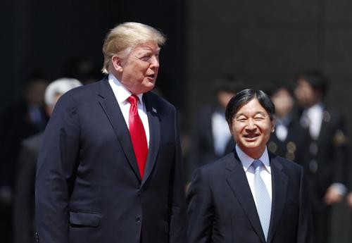 Tổng thống Mỹ Donald Trump (trái) và Nhật hoàng Naruhito. Ảnh: Reuters.