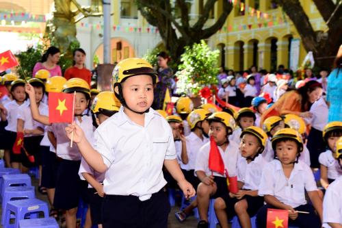 Các em học sinh lớp 1 năm học 2018-2019 được nhận mũ bảo hiểm mới.