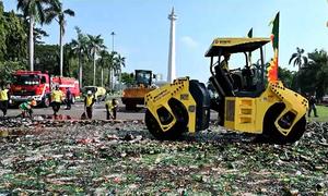 Indonesia dùng xe lu tiêu hủy gần 18.000 chai rượu lậu