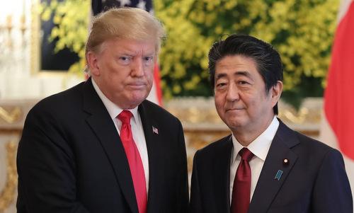 Tổng thống Trump (trái) gặp Thủ tướng Nhật Bản Shinzo Abe hôm 27/5. Ảnh: AFP.