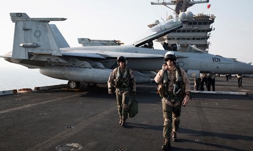 Phi công hải quân Mỹ trên tàu sân bay Theodore Roosevelt năm 2015. Ảnh: NYTimes.