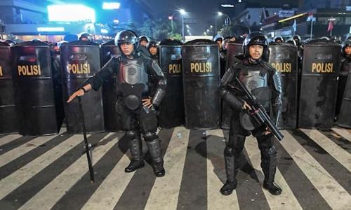 Các nhân viên an ninh Indonesia được huy động để đối phó với người biểu tình ở thủ đô Jakarta hồi tuần trước. Ảnh: AFP.