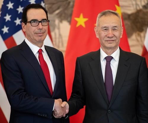 Phó Thủ tướng Trung Quốc Lưu Hạc (phải) và Bộ trưởng Thương mại Mỹ Steven Mnuchin tại Bắc Kinh hồi tháng ba. Ảnh: Reuters.