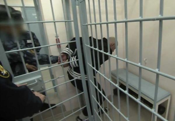 Trong phòng giam còn có một lớp song sắt nữa, được gọi là phòng giam trong phòng giam.