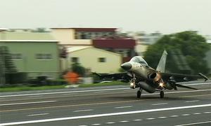 Tiêm kích Đài Loan nối đuôi cất hạ cánh trên cao tốc