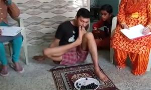 Chàng trai Ấn Độ lập kỷ lục thế giới ăn nho bằng chân