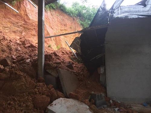 Đất đá vùi lấp nhà dân ở huyện Bắc Quang (Hà Giang). Ảnh: Nguyễn Thuận