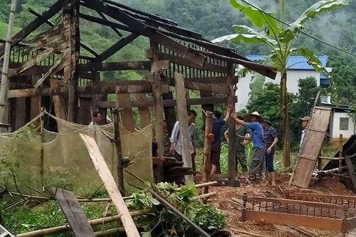 Nhiều ngôi nhà bị hư hại sau mưa lũ. Ảnh: NguyễnTuấn