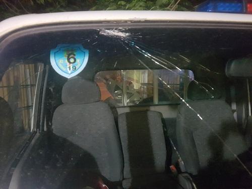 Xe cảnh sát giao thông bị ném vỡ kính. Ảnh: CTV