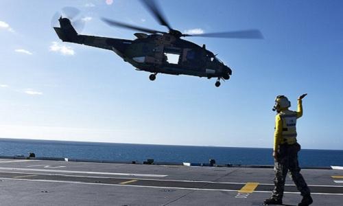 Trực thăng quân sự hoạt động trên tàu HMAS Canberra của Australia. Ảnh: Wikipedia.