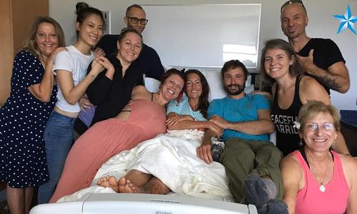 Eller (áo xanh ở giữa) và người thân trong gia đình tại bệnh viện. Ảnh: Star advertiser