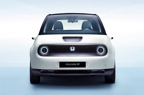 Với gương chiếu hậu bằng camera, chiều rộng xe chỉ tính tới chắn bùn, thay vì độ lấn chiếm không gian như gương thường.
