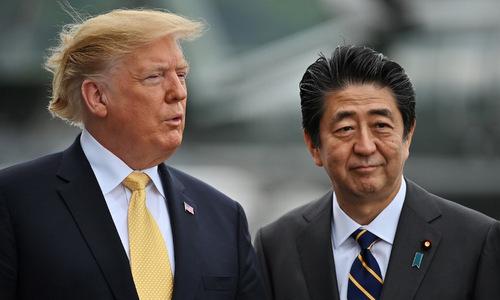 Tổng thống Trump (trái) và Thủ tướng Abe trên tàu JS Kaga hôm 28/5. Ảnh: AFP.