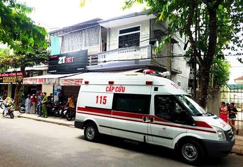 Thi thể nạn nhân được đưa lên xe cấp cứu chở về quê. Ảnh: Võ Thạnh