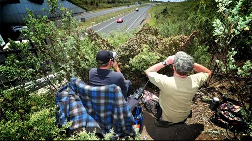 CSGT núp trên đồi để bắn tốc độ tại Australia.