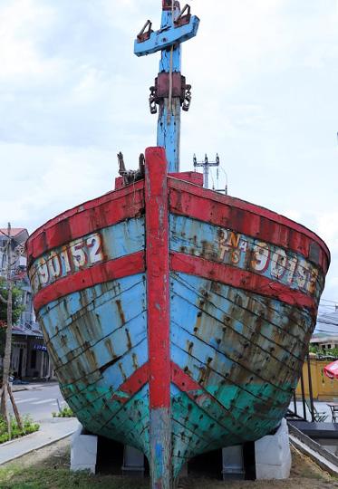 Con tàu đã được thi công cố định tại vị trí mới. Ảnh: Nguyễn Đông.