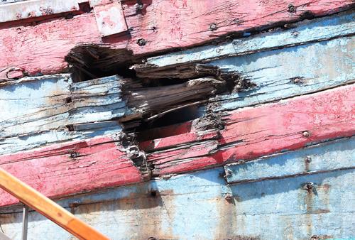 Vết thủng do tàu sắt Trung Quốc đâm. Ảnh: Nguyễn Đông.