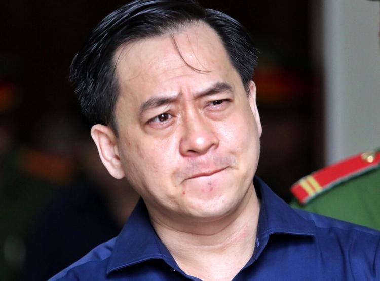Vũ Nhôm ra khỏi phòng xử án trưa nay. Ảnh: Thành Nguyễn.