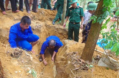 Hai bộ hài cốt liệt sĩ được gói trong tăng, võng. Ảnh: Quang Đạo