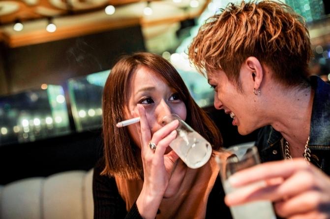Nam tiếp viên thường phải tiếp rượu nữ khách hàng. Ảnh: AFP.